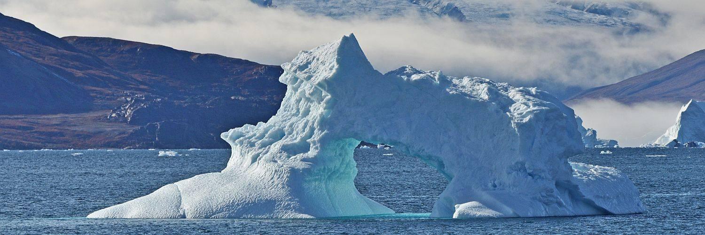 Eisberg mit Loch