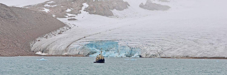 Expeditionsschiff vor Gletscherfront