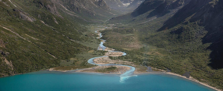 ULTRAMARINE-Gebirgsfluss-Groenland