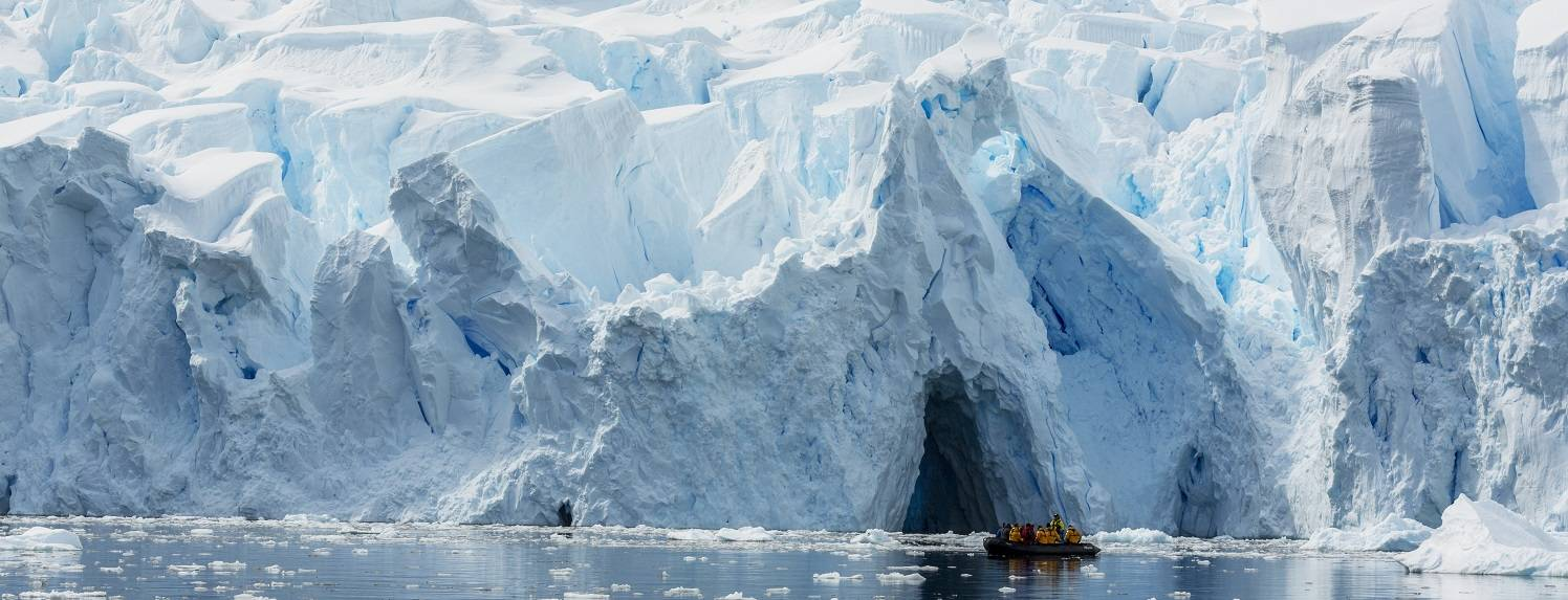 antarktis-reisen-zodiac-vor-eisberg