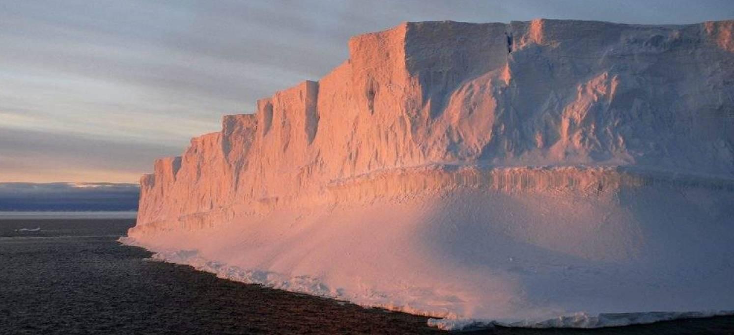 antarktische-halbinsel-expedition-ushuaia-eisberg-im-licht-antarply