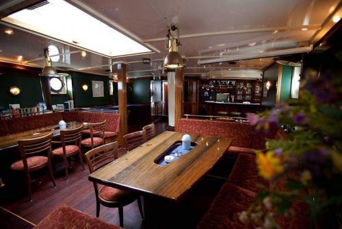 Blick in den Salon mit Bar
