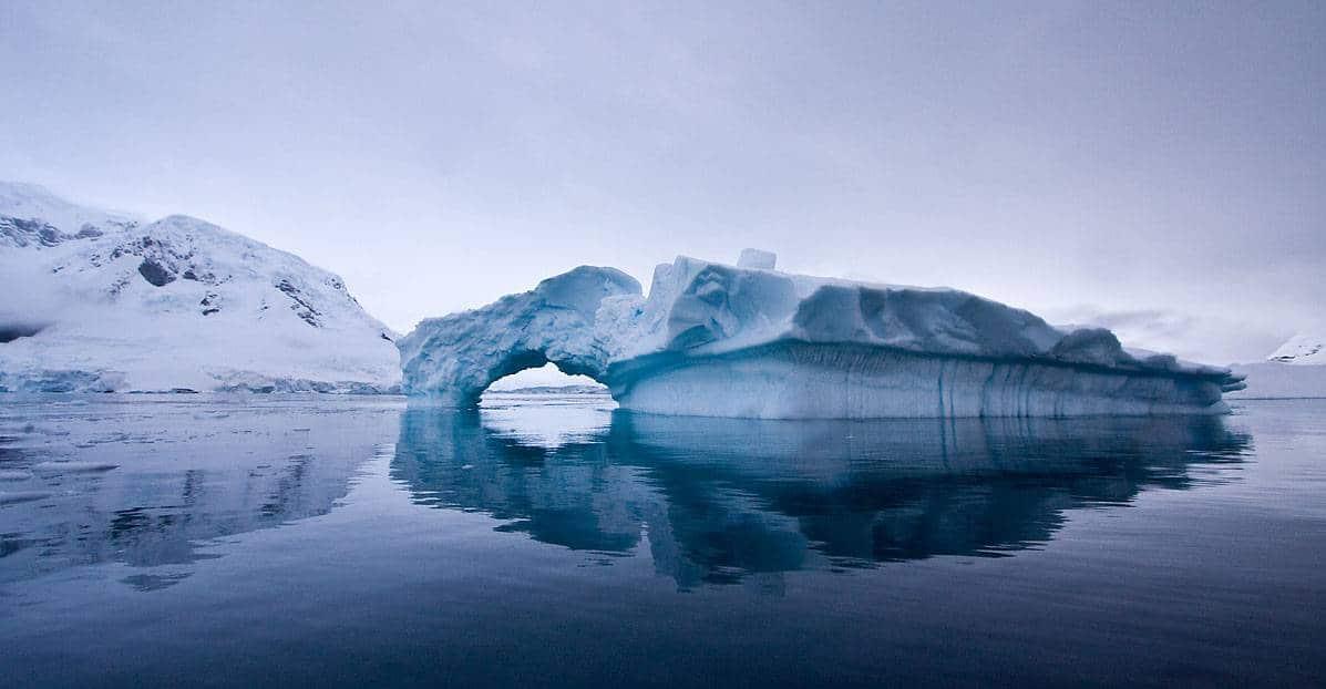 eise-antarktische-halbinse-eisberg-mit- bogeneingang-oceanwide